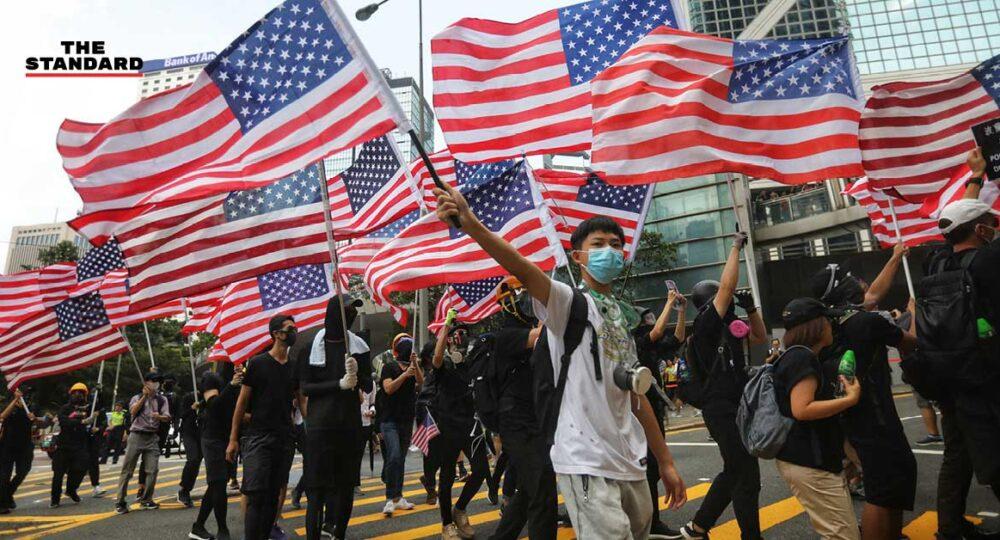 ผู้ชมนุมในฮ่องกงโบกธงสหรัฐฯ