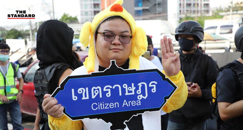 แกนนำกลุ่มราษฎรทยอยเดินทางเข้าพื้นที่ชุมนุมหน้าไทยพาณิชย์สำนักงานใหญ่ เผยให้ติดตามบิ๊กเซอร์ไพรส์