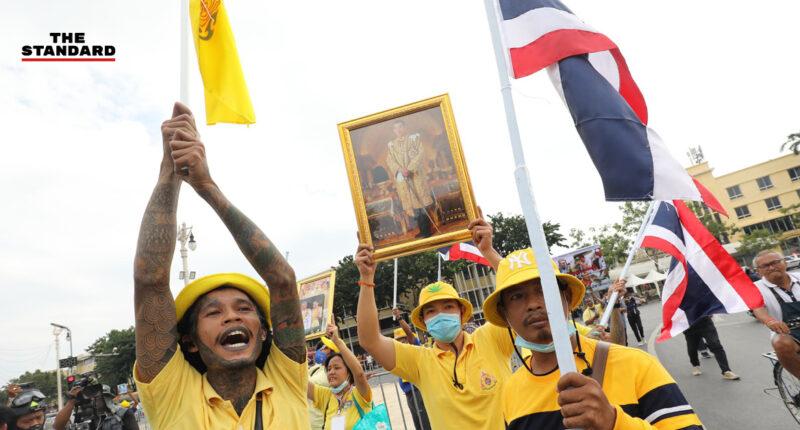 กลุ่มเสื้อเหลืองข้ามฟากมาเกาะกลางระหว่างพื้นที่ชุมนุมกลุ่มราษฎร-ศปปส.