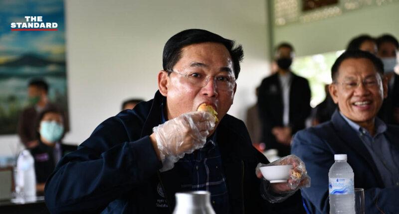 อนุชาลงพื้นที่นครปฐม โชว์กินกุ้ง-หมึก เรียกความมั่นใจไม่ติดโควิด-19 ปรุงให้ ครม. กินอังคารนี้