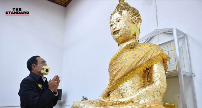 prayut-pray-to-luang-pho-wat-ban-laem-for-decision-in-the-constitution-court