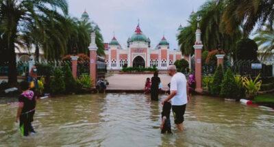 มวลน้ำจากยะลาเข้าท่วมเมืองปัตตานีแล้ว เทศบาลเร่งระบายน้ำ ขอประชาชนยกของขึ้นที่สูง