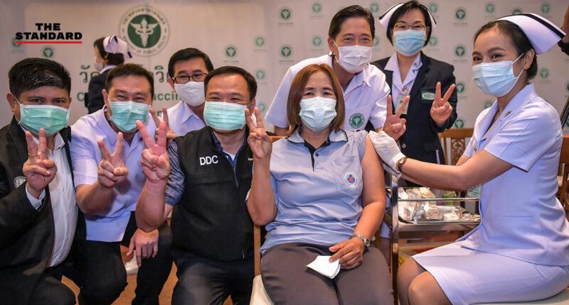 ประยุทธ์ร่วมสังเกตการณ์ หลังอนุทินอาสาเข้ารับการฉีดวัคซีนต้านโควิด-19 ของ Sinovac เข็มแรกของไทย