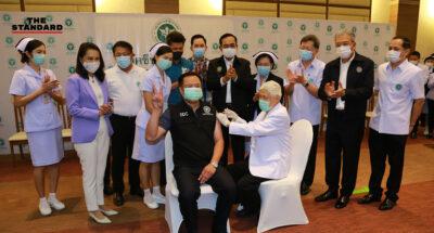 วัคซีนต้านโควิด-19 จาก Sinovac ถูกฉีดเข็มแรกให้กับคนไทยแล้ว อนุทินอาสาฉีดเอง