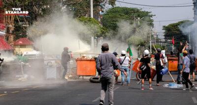 ตำรวจเมียนมายิงกระสุนจริงสลายผู้ประท้วง เสียชีวิตแล้ว 2 ราย ขณะที่ทูตเมียนมาประจำ UN ประกาศสู้กลับรัฐบาลทหาร แม้ถูกปลด