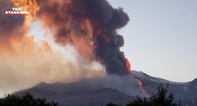 ภูเขาไฟเอตนาในอิตาลีปะทุ พ่นเถ้าถ่านสูง 1 กิโลเมตร ปิดสนามบินใกล้เคียงชั่วคราว