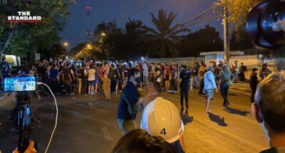 #MobFestหน้าสภาฯ ปิดถนนทั้ง 2 เลน ตำรวจตั้งแนวรับ แต่ยังมีเซฟโซน