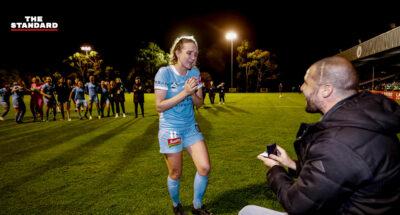 ฉากจบราวเทพนิยาย นักฟุตบอลหญิงออสเตรเลียถูกขอหมั้น หลังเสียงนกหวีดสุดท้ายของชีวิตการเล่น