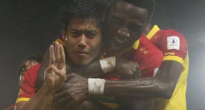 นักฟุตบอลเมียนมาถูกลงโทษแบน 1 นัด หลังชูสามนิ้วในการแข่งฟุตบอลลีกมาเลเซีย