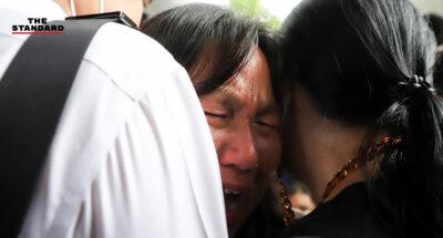 น้ำตาแม่และญาติ รุ้ง-ไผ่-ไมค์ หลังถูกคุมตัวเข้าเรือนจำ