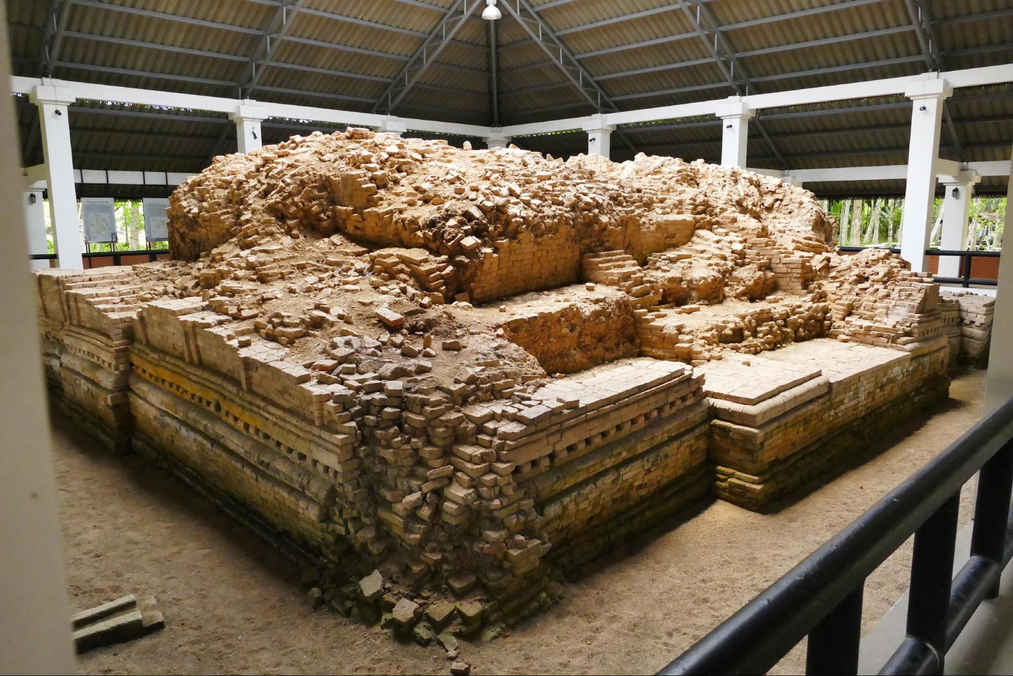 โบราณสถานยุคลังกาสุกะ-ศรีวิชัย ที่บ้านจาเละ สร้างขึ้นเนื่องในศาสนาพุทธมหายาน เพราะขุดพบพระโพธิสัตว์สำริดและสถูปดินเผาจำนวนมาก บ่งบอกถึงการติดต่อกับอินเดียและชวาเมื่อราวพุทธศตวรรษที่ 14-16