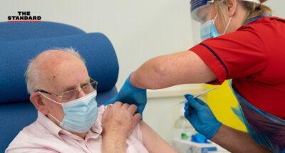 อังกฤษเสนอฉีดวัคซีนเข็มแรกให้ประชาชนอายุ-50-ปี
