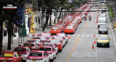 จอดแท็กซี่ประท้วงหน้ากระทรวงการคลัง ร้องนายกฯ ช่วย ระบุ 'ไม่มีลูกค้า ไม่มีเงินผ่อน ไม่มีกิน'