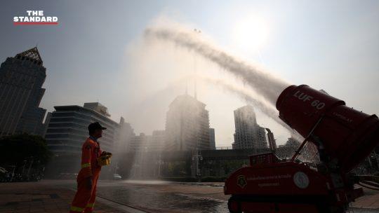 คนกรุงอ่วม ค่าฝุ่นละออง PM2.5 เกินมาตรฐาน มีผลต่อสุขภาพ กทม. ล้างถนน-ฉีดน้ำในอากาศ