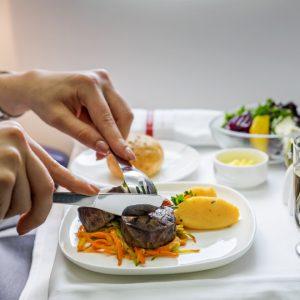 ไขปริศนา ทำไมอาหารบนเครื่องบินถึงไม่อร่อย