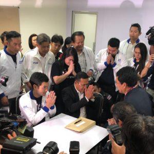 เจ้าหน้าที่ศาลรัฐธรรมนูญเดินทางมายังพรรคไทยรักษาชาติเพื่อส่งสำเนาคำร้องให้กับผู้ถูกร้อง โดยจะต้องทำคำชี้แจงต่อศาลภายใน 7 วัน