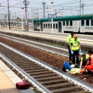 ชาวอิตาเลียนช็อก หลังชายคนหนึ่งกำลังเซลฟีขณะหน่วยปฐมพยาบาลช่วยชีวิตหญิงสาวที่ตกรถไฟจนต้องตัดขาทิ้ง